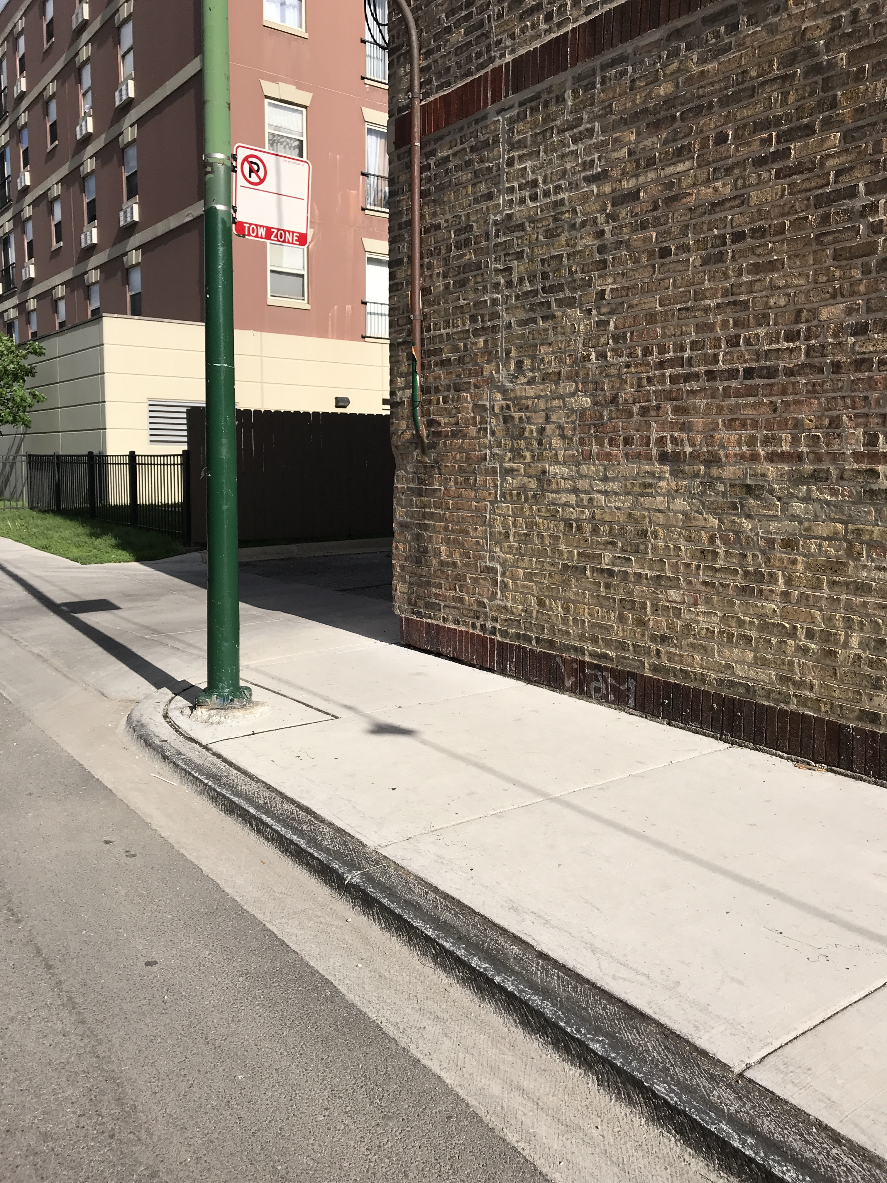Photo of a waxed curb on Bloomingdale street